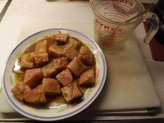Нанизываю на бамбуковый шампур филе лосося, кабачки и фрукты, а затем отправляю в духовку: получается очень вкусное и ароматное блюдо