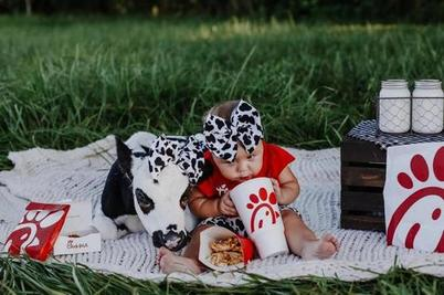 Курица, картофель фри и «телячий гарнир»: фотосессия малышки на природе очаровала пользователей Интернета