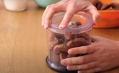 Хвалюсь всем своим шоколадно кокосовым тортом, который я готовлю из йогурта, печенья и сливок. Не требуется ни особых навыков кулинара, ни духовки