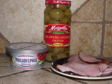 Оливки фарширую перцем халапеньо и заворачиваю в бекон: получается очень вкусная закуска к горячительным напиткам