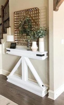 Увидела, как красиво смотрится в интерьере узкий столик-консоль. Дома мы сделали такой же: способ простой и намного экономнее, чем в магазине