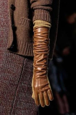 В моде длинные перчатки: на какие модели обратить внимание и с чем их носить