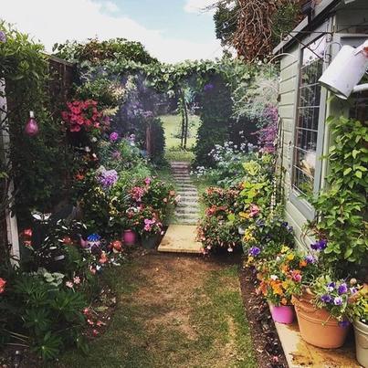 Увидев забор во дворе у соседки, не поверила своим глазам. Теперь ее крошечный сад кажется в 2 раза больше, чем есть на сам деле