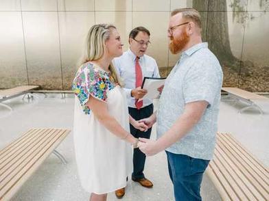 Пара из Нового Орлеана поженилась в аэропорту за 2 часа до вылета в Мексику. Там они проведут свой медовый месяц