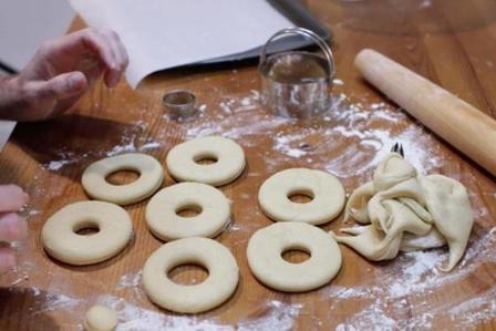 Готовим дрожжевые глазированные пончики по популярному рецепту из США: порадуйте своих детей вкусной выпечкой