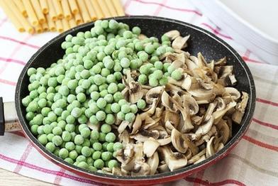 Увидела в магазине толстые макароны и решила испечь из них запеканку с грибами и горошком: делюсь рецептом