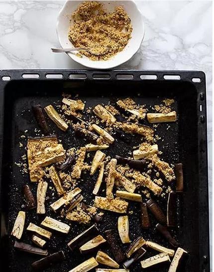 Люблю жареные баклажаны, но они, напитанные маслом, получаются слишком жирными. Хрустящие веганские палочки из баклажана стали отличной альтернативой