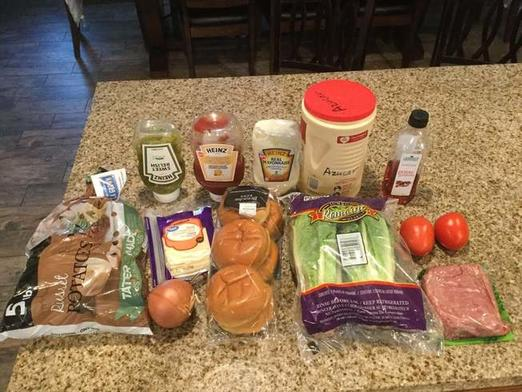 Бургер и картофель с интересным соусом: порадуйте своих близких домашним фастфудом