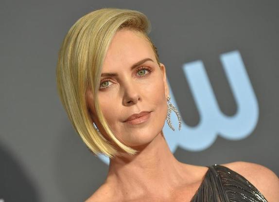 Шарлиз Терон рассказала, почему 5 лет ни с кем не встречалась: любовным отношениям актриса предпочитает актерскую профессию