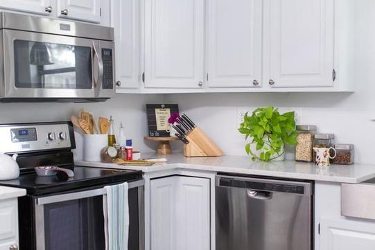 Очень хотелось обновить кухню, и я нашла простое решение. Сделала красивый фартук из  самоклейки : ее легко снять или заменить в любой момент