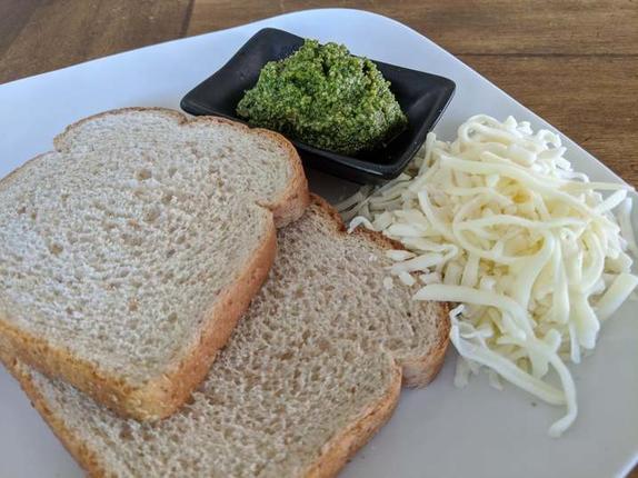 На завтрак приготовила хрустящие сэндвичи с сыром и соусом песто: сытные, ароматные и очень вкусные
