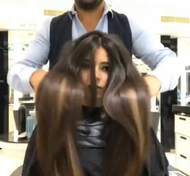 Девушке было жалко отрезать косу, и она едва не плакала в салоне. Когда она увидела новую прическу, слезы сменила улыбка радости