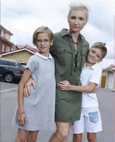 Десять лет назад Диана Арбенина родила двойняшек от американца: как они выглядят сейчас (новые фото)