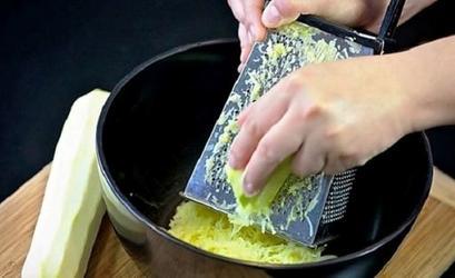 Натираю кабачок на терке, смешиваю с яйцом и петрушкой и делаю вафли. Получается сытно и вкусно