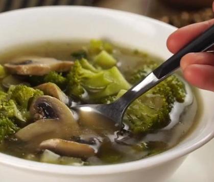Тушу брокколи, грибы и кабачки, а затем в эту же посудину добавляю куриный бульон. Быстро и вкусно   можно варить каждый день