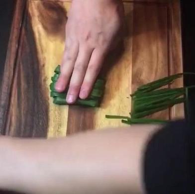 Чтобы блюда были красивыми, лук теперь режу только так. Как нарезать зеленый лук тонкой стружкой: лайфхак