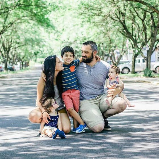 Женщину интересовало, почему на лучших фото с детьми всегда муж, а не она. Внимательно изучив семейный альбом, она все поняла