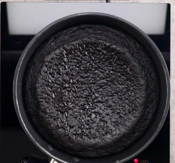 Приготовила шоколадный торт с персиками на сковородке. Думала, получатся