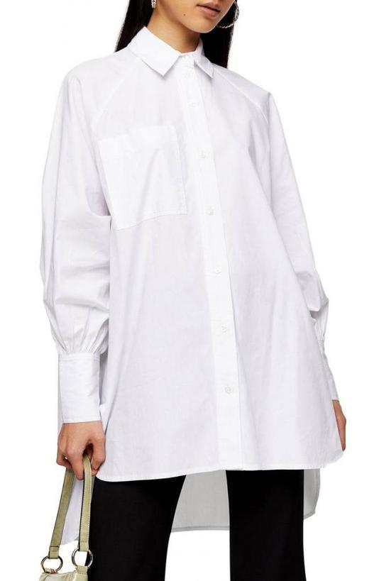 Для поклонниц скинни джинсов и легинсов этой осенью: белая оверсайз рубашка или объемный свитер   идеальное дополнение к узкому низу