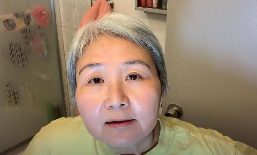 Сохранить кожу лица молодой помогает пищевая пленка: 60 летняя бьюти блогер рассказала, как ее использовать