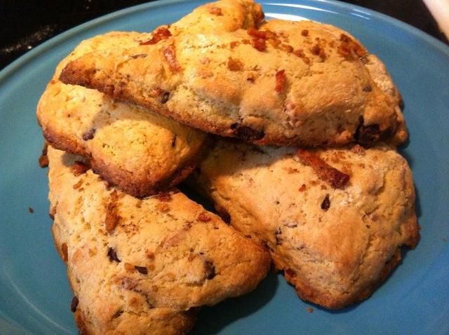 Воздушные булочки с беконом и шоколадной крошкой: лакомство, которое сделает ваше чаепитие в два раза приятней