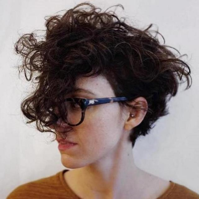Не стоит браться за утюжок: 10 трендовых причесок для кудрявых и волнистых волос