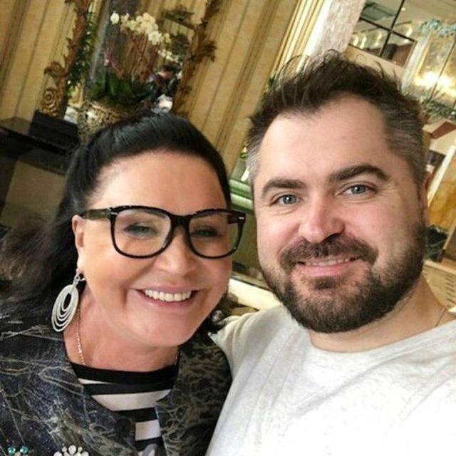 Надежда Бабкина поделилась кадром с семейного застолья и кулинарным шедевром своего молодого мужа