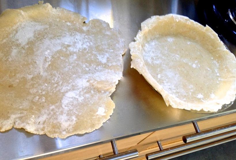 Яблочный пирог готовлю только по своему фирменному рецепту: крупно нарезаю фрукт, смешиваю с корицей, сахаром и накрываю листом домашнего теста