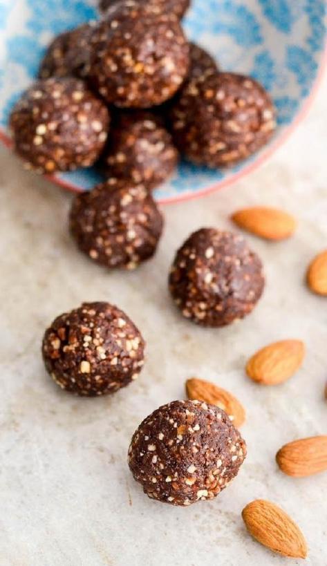 Чтобы весь день быть бодрой, готовлю энергетические шарики из какао и орехов