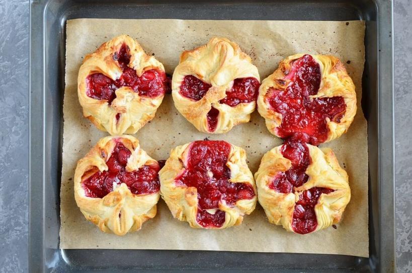 Хрустящие вишневые пирожки в глазури из сливочного сыра. Свежая или мороженная ягода - не важно, все равно получится вкусно