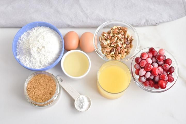 Простенький рецепт клюквенно ореховых кексов: ингредиентов мало, а получаются не хуже, чем в модной пекарне