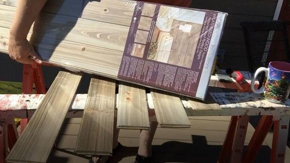 Муж взял дешевые деревянные панели и оформил фартук кухни: вышло стильно и очень бюджетно