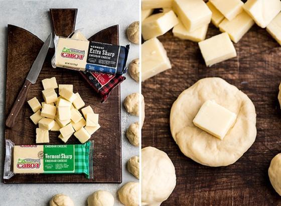 По выходным часто готовлю вкуснейшие булочки с сырной начинкой. Разлетаются на ура