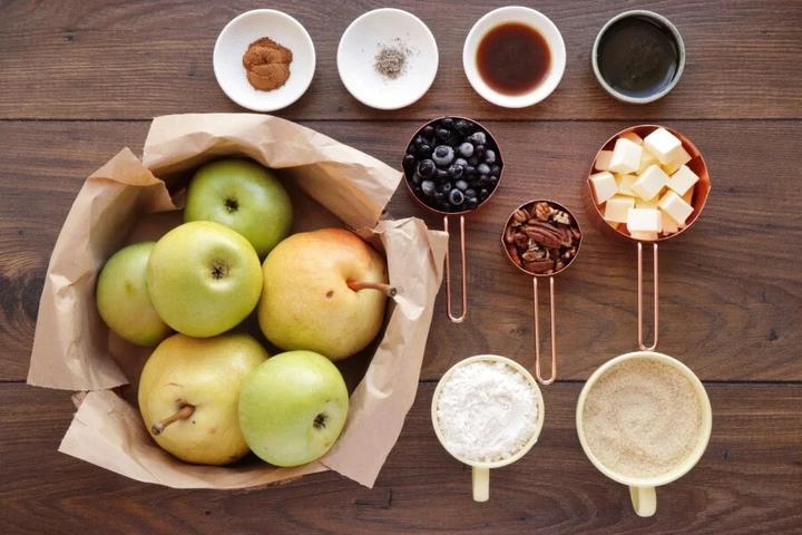 Осенняя запеканка с яблоками, грушами и черной смородиной: богата витаминами и приятно хрустит