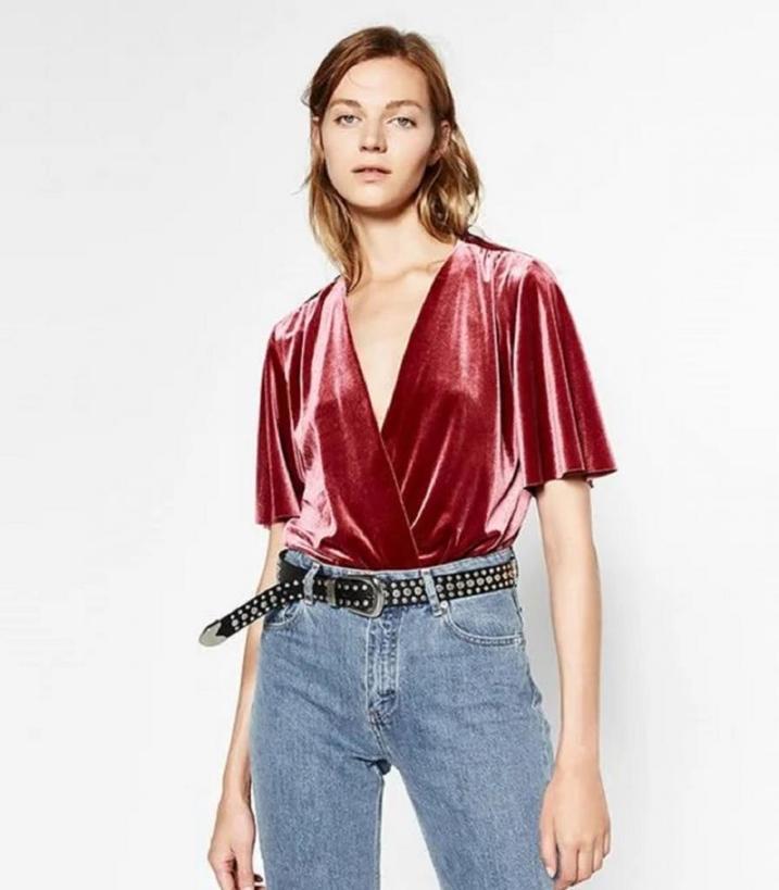Учимся носить бархатные блузки: 7 аутфитов, которые одинаково хороши, чтобы пойти и на работу, и на вечеринку
