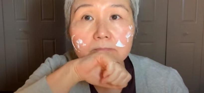 Сохранить кожу лица молодой помогает пищевая пленка: 60-летняя бьюти-блогер рассказала, как ее использовать