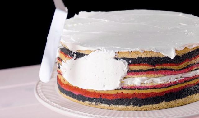 Испекла яркий и красочный торт