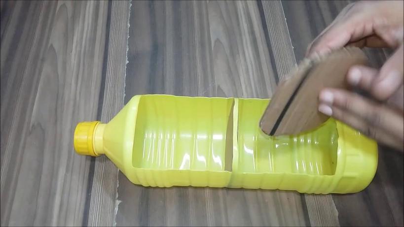 Решили с дочкой превращать пластиковые бутылки в милые кукольные домики: удивительно, насколько все просто
