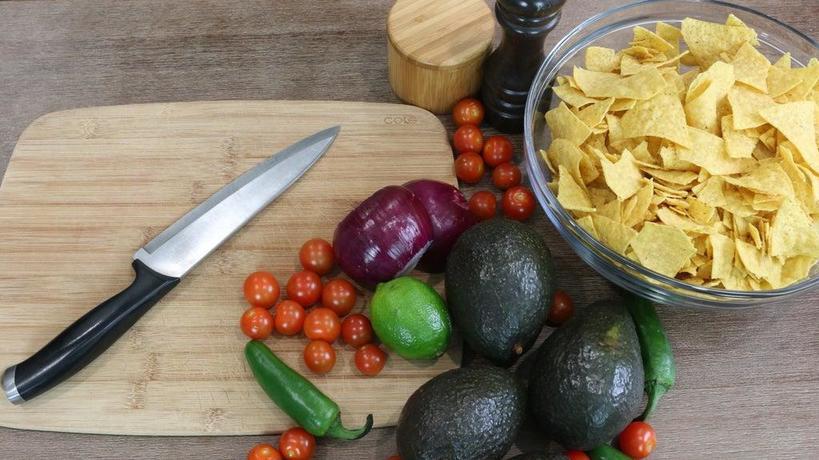 Овощное пюре на основе авокадо великолепно сочетается с хлебом к завтраку или с чипсами начос для дружеских посиделок