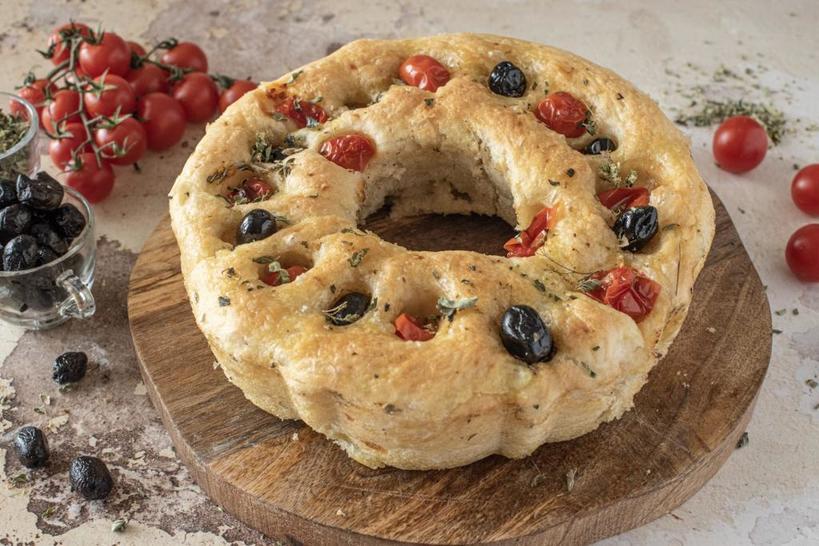 Люблю соленую, а не сладкую выпечку, поэтому часто готовлю картофельный кекс с маслинами и помидорами