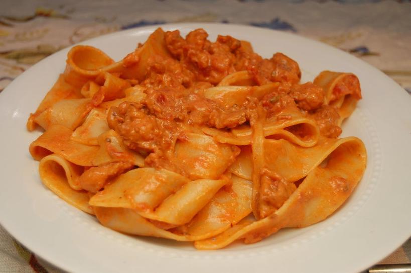 Ужин в итальянском стиле: ароматная паста с домашними колбасками, томатным соусом и сыром маскарпоне