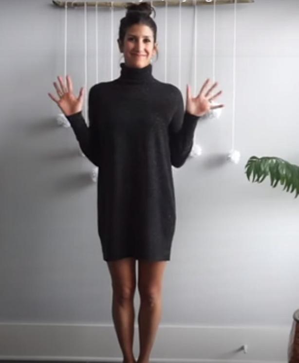 Можно надевать одно и то же вязаное платье день за днем, но каждый раз выглядеть по другому. Для женственности много не нужно