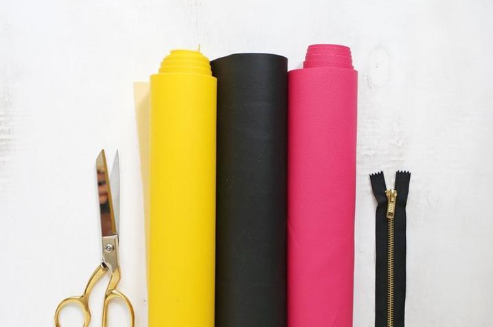 Из виниловой ткани сама сшила яркий смелый клатч в виде довольного смайлика. С ним любой образ заиграет новыми красками