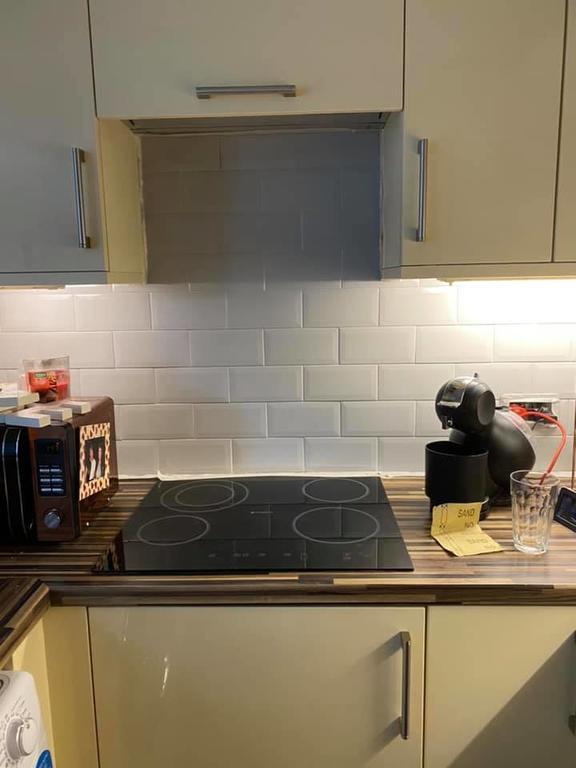 Всем дом был хорош, кроме красной плитки на кухне. Женщина взяла банку краски и кардинально изменила интерьер (фото до и после)
