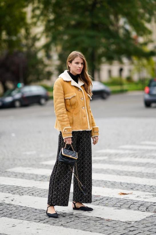 Широкие брюки на осень/зиму 2020 2021 по моде street style: внешний вид и советы о том, как их носить (фотогалерея)