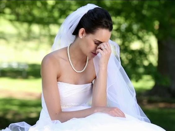 Женщина надела темно-синее платье на свадьбу брата, но ее обвинили в испорченной церемонии