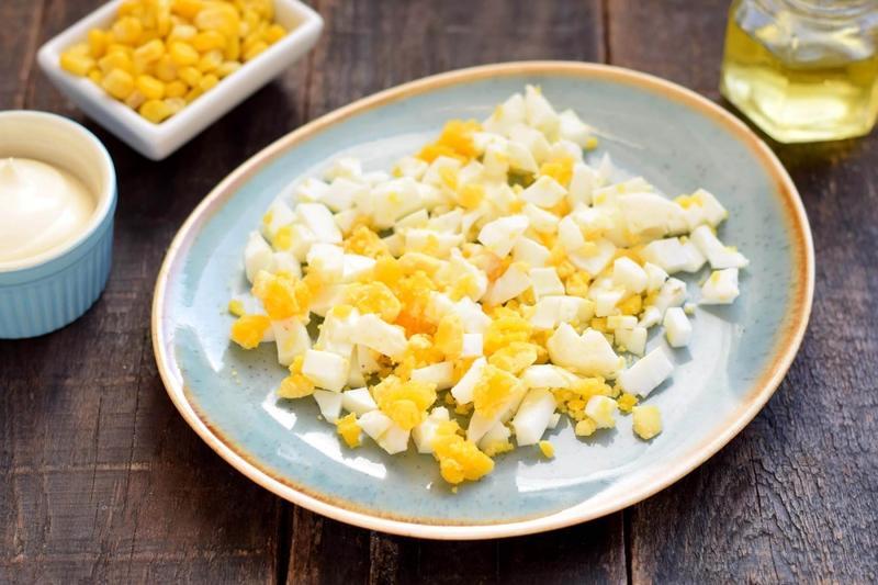 Рулетики из пластинчатого сыра: как сделать вкусную закуску с грибами, чесноком и луком