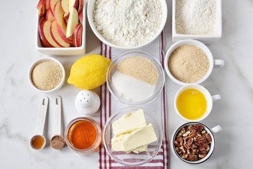 Мини яблочный пирог для каждого гостя: сладкие батончики с карамельным соусом