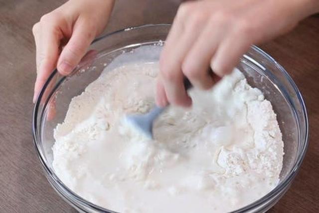 Чесночная лепешка из домашнего теста, обжаренная в масле: рецепт