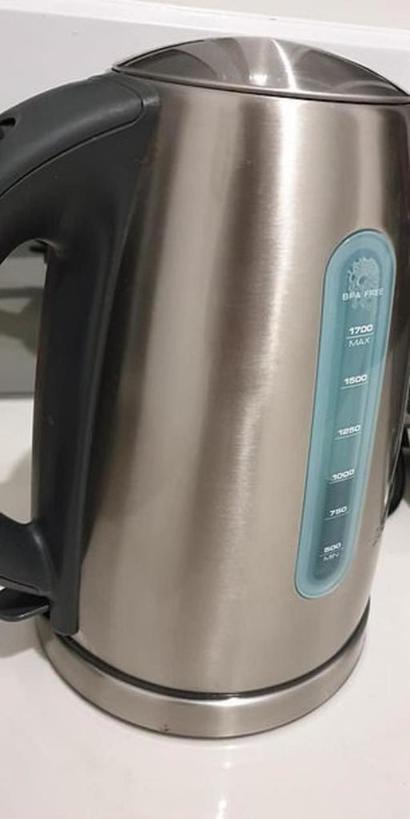 Старый чайник и раковина сверкают как новые: отчистила нержавейку средством для детской кожи (лайфхак)